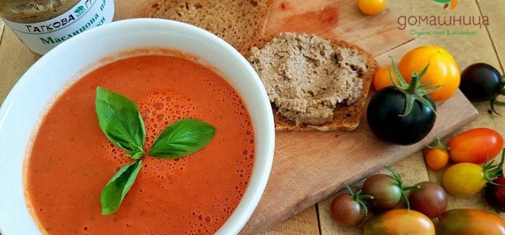 Лятно студено изкушение доматена супа Гаспачо